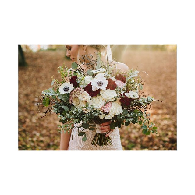 Flowers can make such a difference in the overall look and feel of your photos and wedding! Find a great florist! These beautiful blooms are by @susie_gelman⠀ ⠀ #weddingphotography #wedding #gettingreadyforwedding #seattlewedding #seattleweddings #seattlebride #bride #sotherncaliforniawedding #californiawedding #sandiegoweddings #sandiegoweddings #lawedding