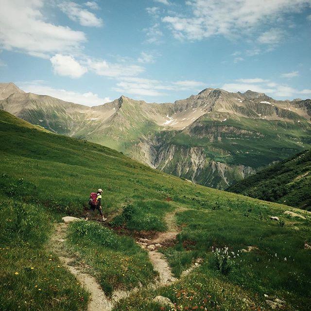 Yukiko_skipping_across_the_Alps.__tourdumontblanc__day2.jpg