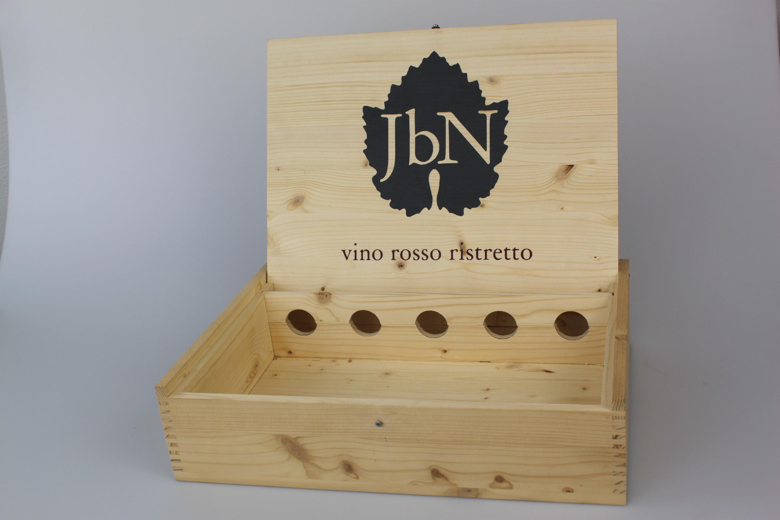 Weinkiste mit Displaydeckel mit Siebdruck und Flaschenhalterung in Nut.