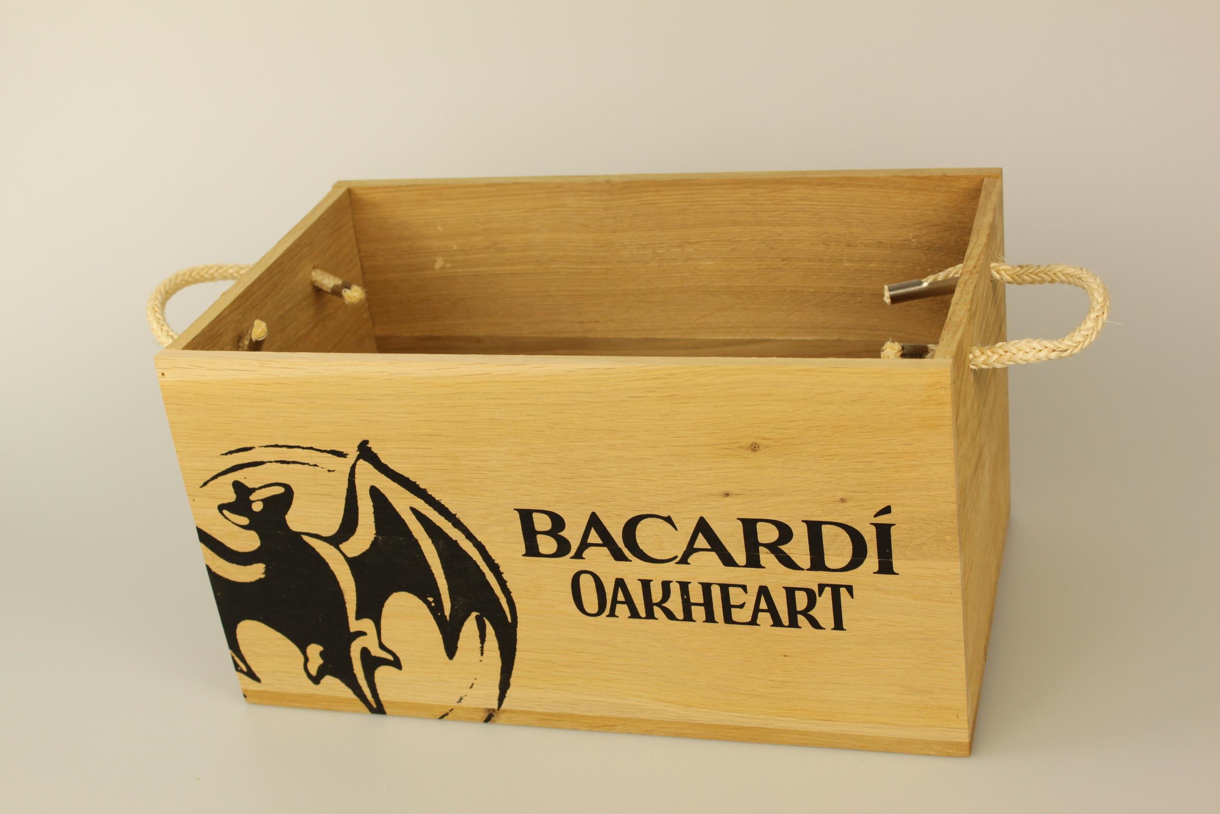 Holzkiste für Getränke aus Eiche, genagelt, mit Siebdruck und Tragekordeln. Offen ohne Deckel.
