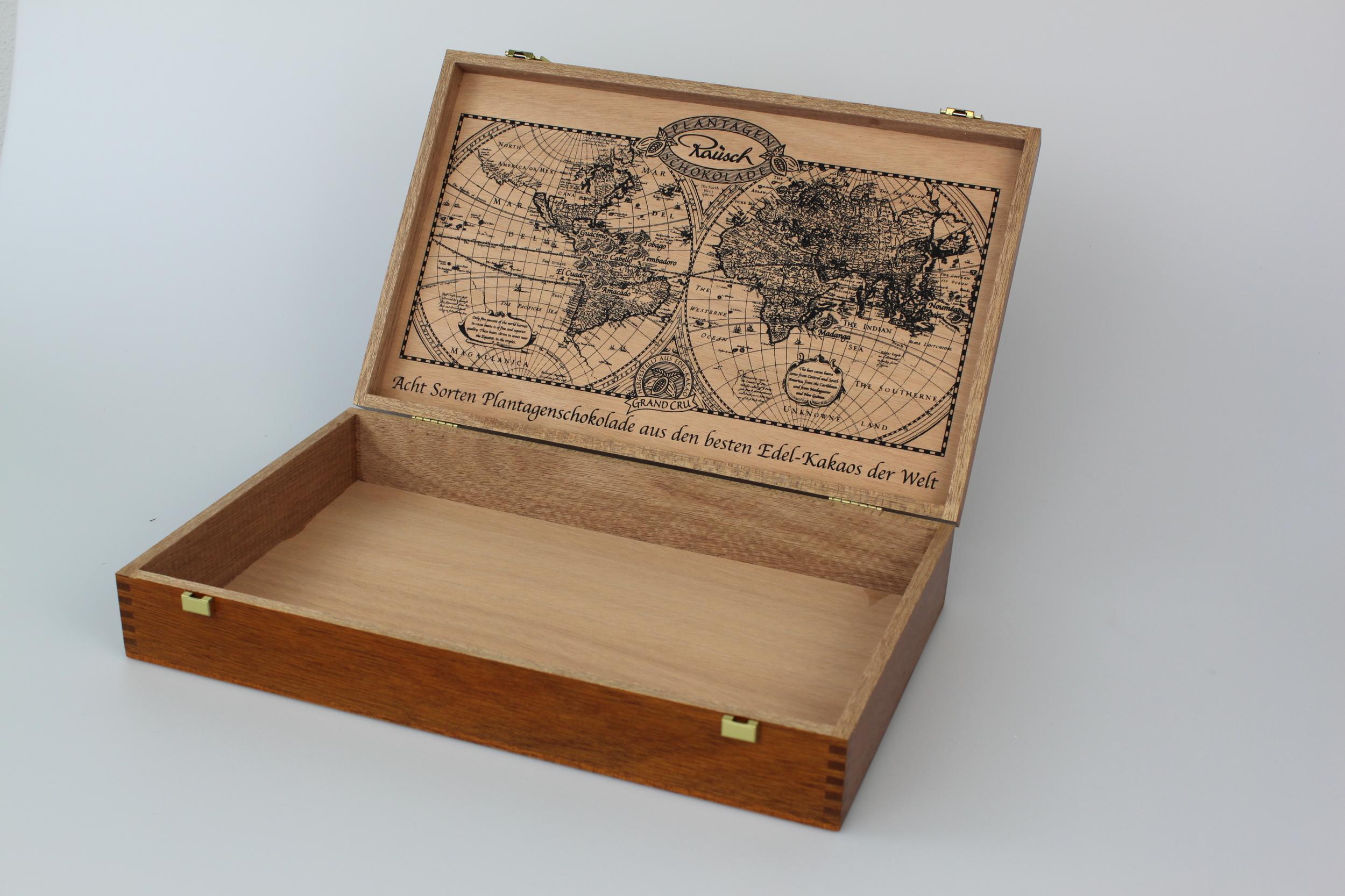 Holzkiste, gezinkt mit Klappdeckel mit Siebdruck am Deckel innen. Innen natur, außen gebeizt und farblos lackiert.