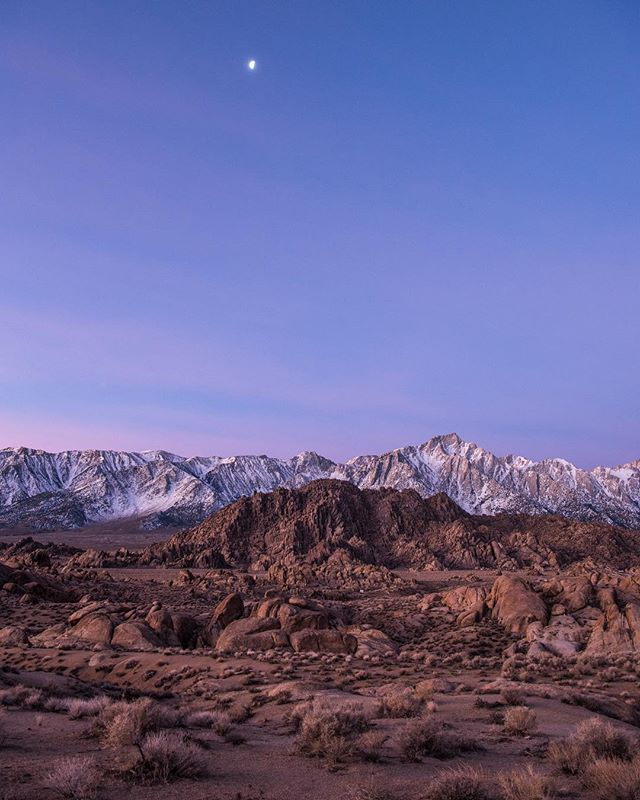 Moon setting for a new day over Alabama Hills and the Sierras. Such an amazing sight in a very special place⛰🌗 . . . . . #Alabamahills #gramslayers #igtravel #roadtrippers #lonelyplanet #roadtrip #instagood #travel #natgeo #worldtravelbook #exploretocreate #travelstoke #theoutbound #exploreeverything #camplife #seekthesimplicity #travelphotography #vanlife #nationalparks #allaboutadventure #roadtripusa #visualsoflife #travelgram #peoplescreatives #havecamerawilltravel #travelphotography #instatravel #awakethesoul #optoutside #instago