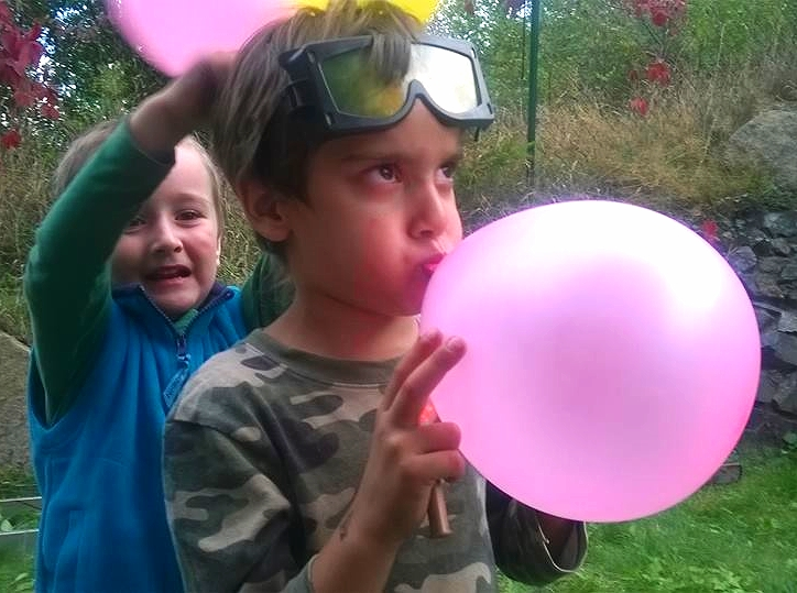 Boys with pink baloons - my photo.jpg