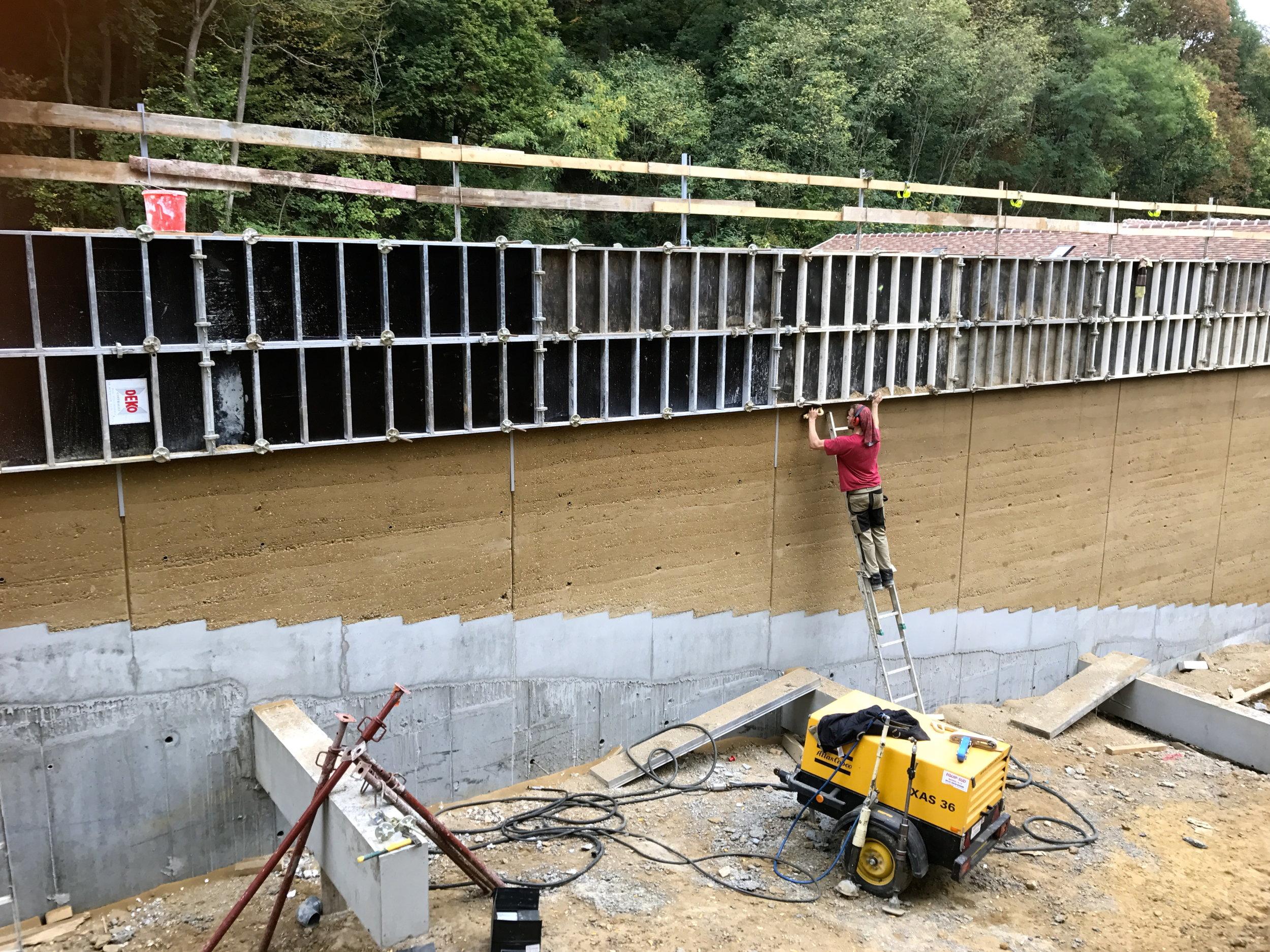 Chantier en cours , construction de murs en Pisé (terre)