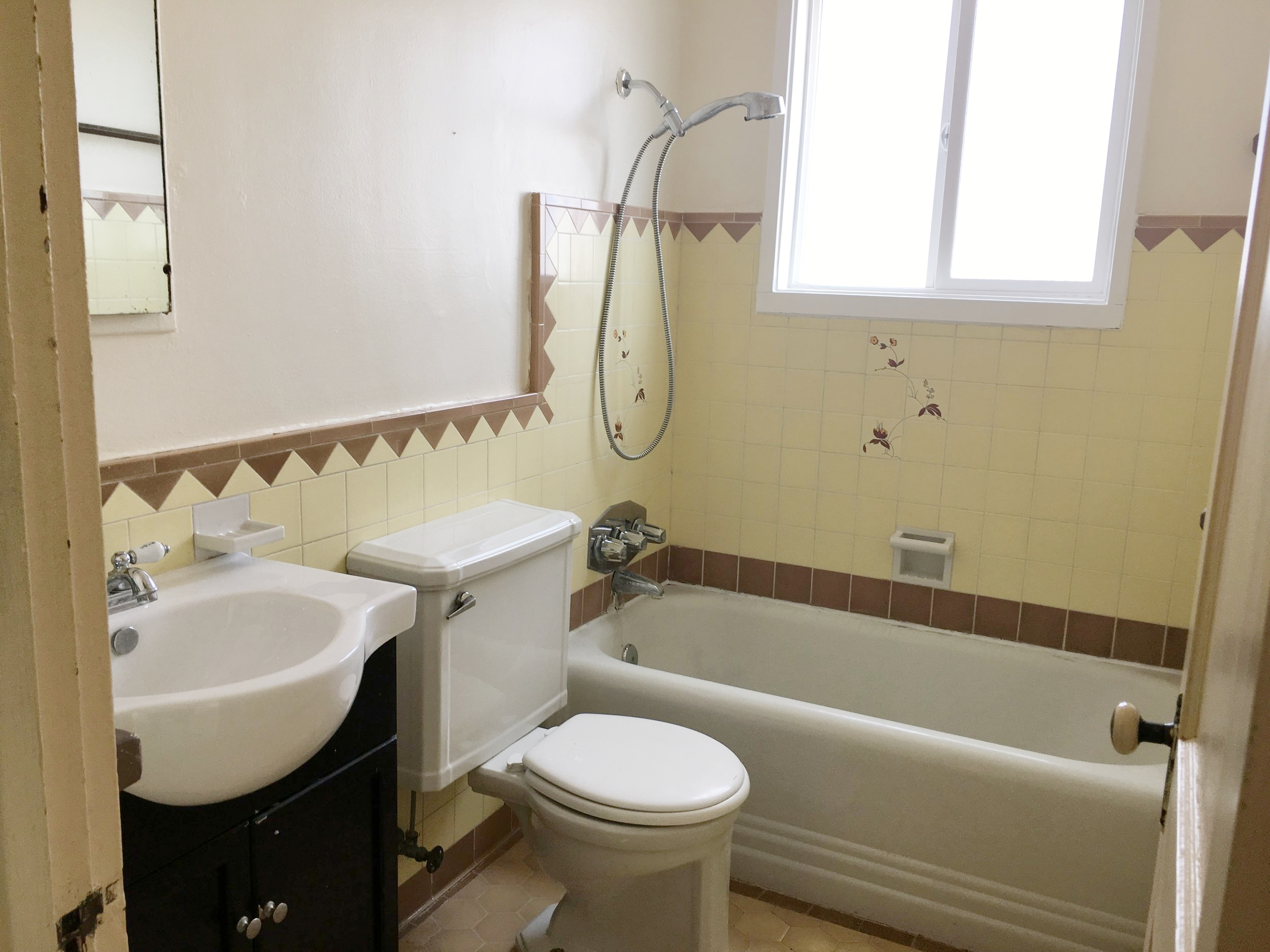 Retro bathroom before renovation