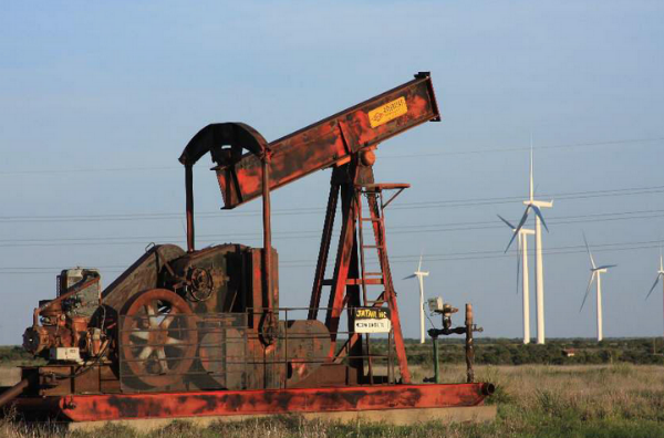 Source : EnergyIndustryPhotos.com (Abandoned oil well in West Texas)