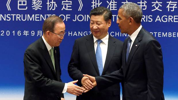 Source   : Reuters.  Chinese President Xi Jinping (C), UN Secretary General Ban Ki-moon and U.S. President Barack Obama (R) shake hands during a joint ratification of the Paris climate change agreement ceremony ahead of the G20 Summit at the West Lake State Guest House in Hangzhou, China, September 3, 2016.