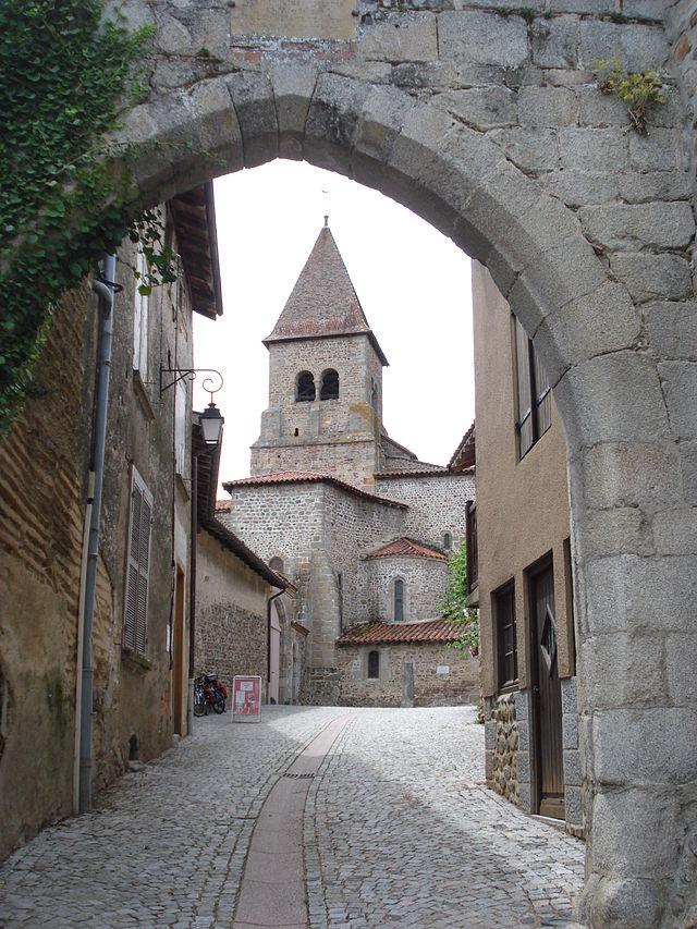 Pommiers_(Loire,_Fr),_porte_de_ville_et_tour_de_l'église.JPG