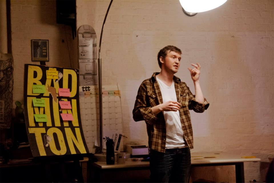 Hier trage ich laulas® zu einem Workshop in einer Kreativwerkstatt in Berlin. Informelle Zusammenkunft. Das laulas® Shirt hielt solchen Situationen stand.