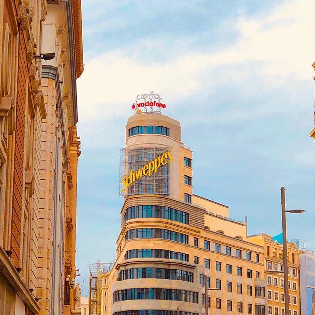 #QuéSuerteCurrarAquí no alude a un lugar, es una filosofía de vida... 🧡 📷 @yureyuang —————— Tenemos nueva oficina en Madrid, ¿ya has venido a visitarnos? C/ Princesa 5, 4a Planta 28008