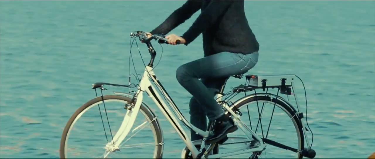70 Bici e ragazza tagliata.jpg