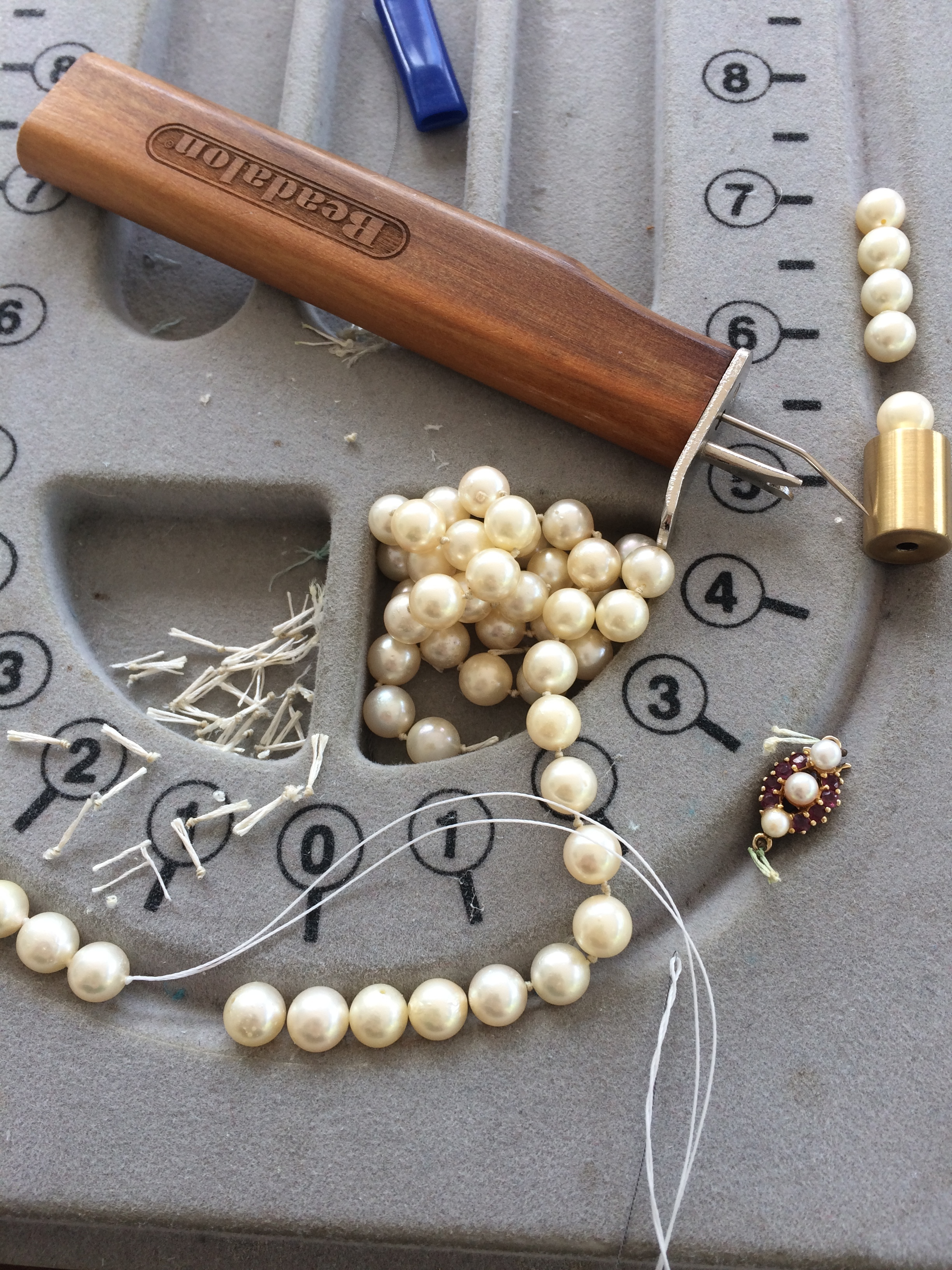 Knotting tool and a lessening pile of pearls