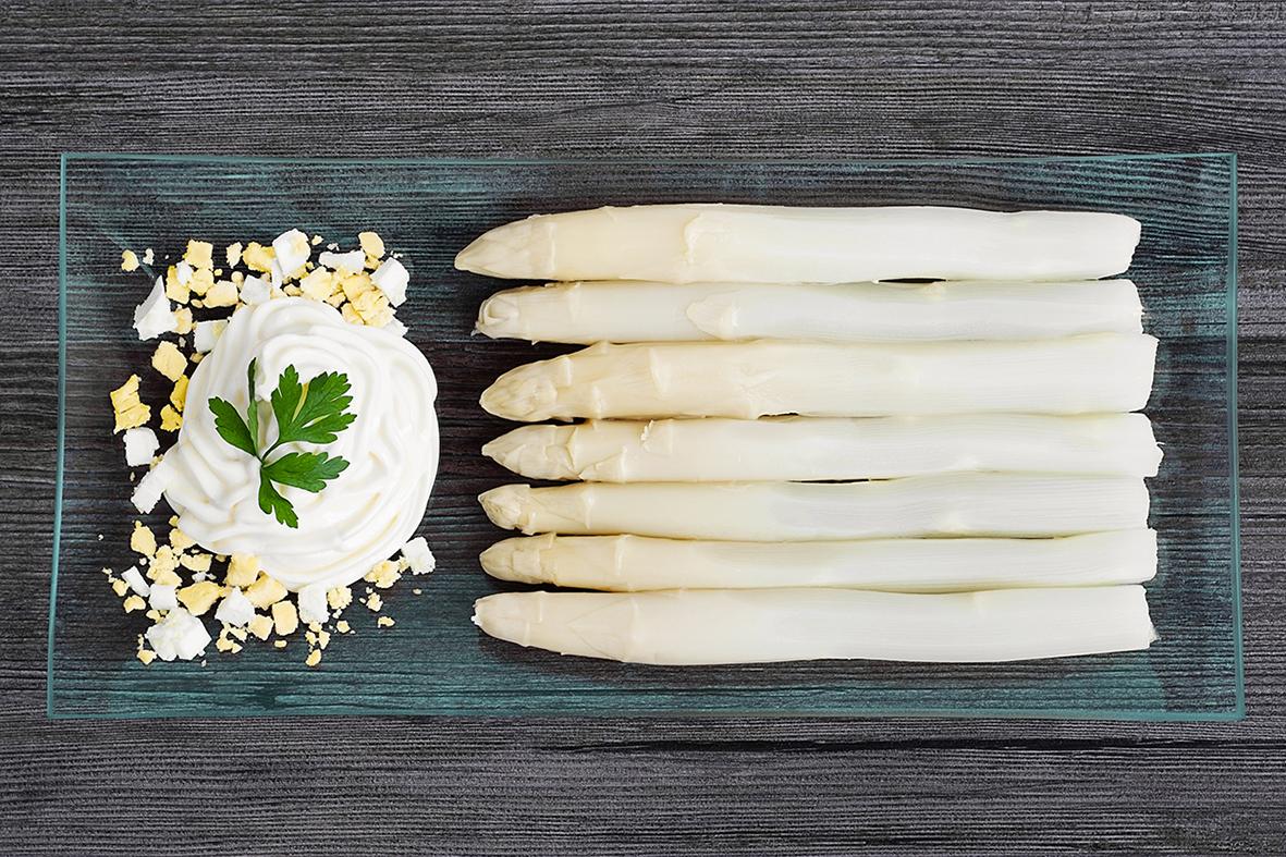 Esparragos con mayonesa - White asparagus with handmade mayonnaise.