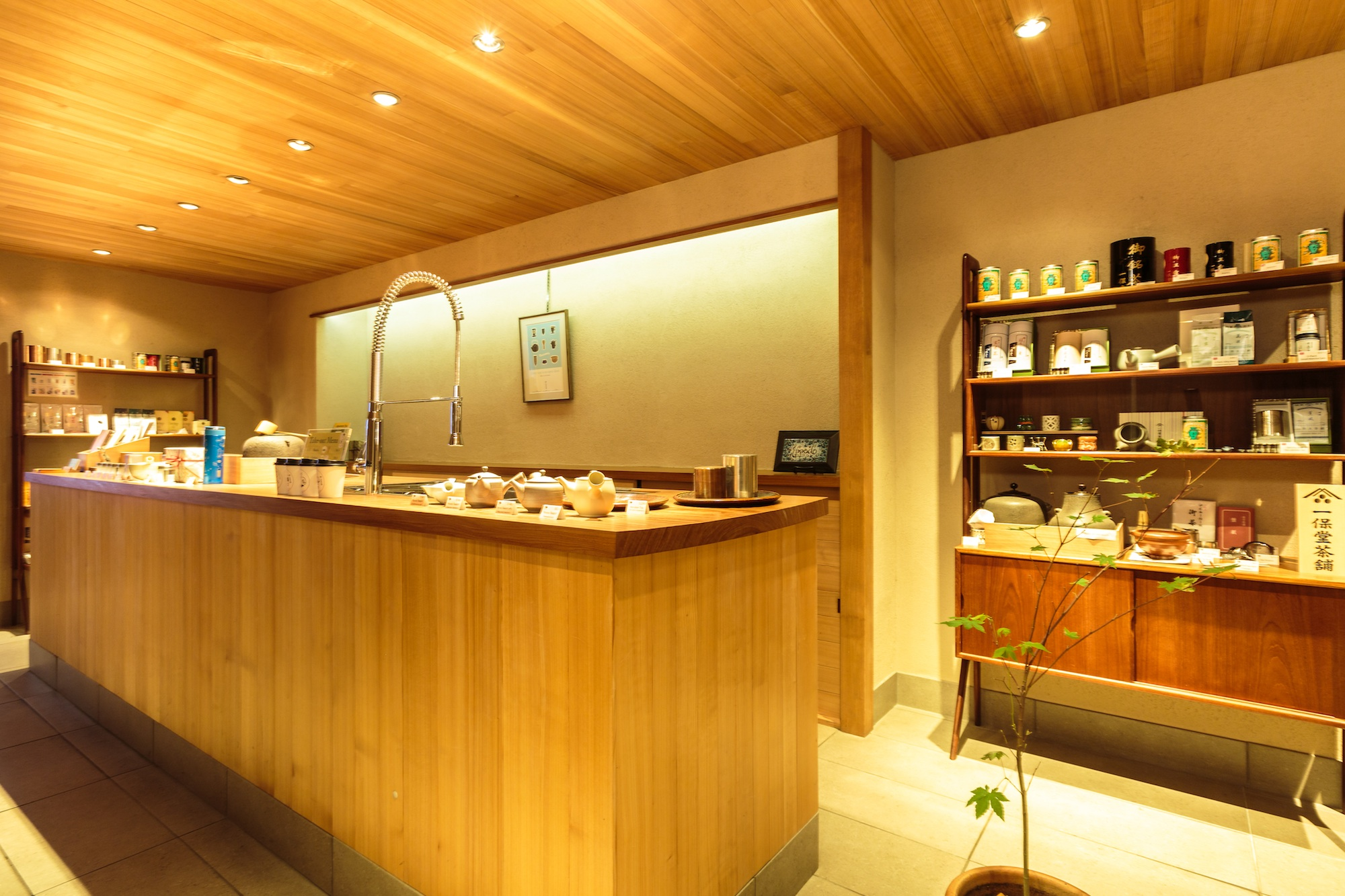 The shop's warm, intimate interior. Image courtesy of  Ippodo .