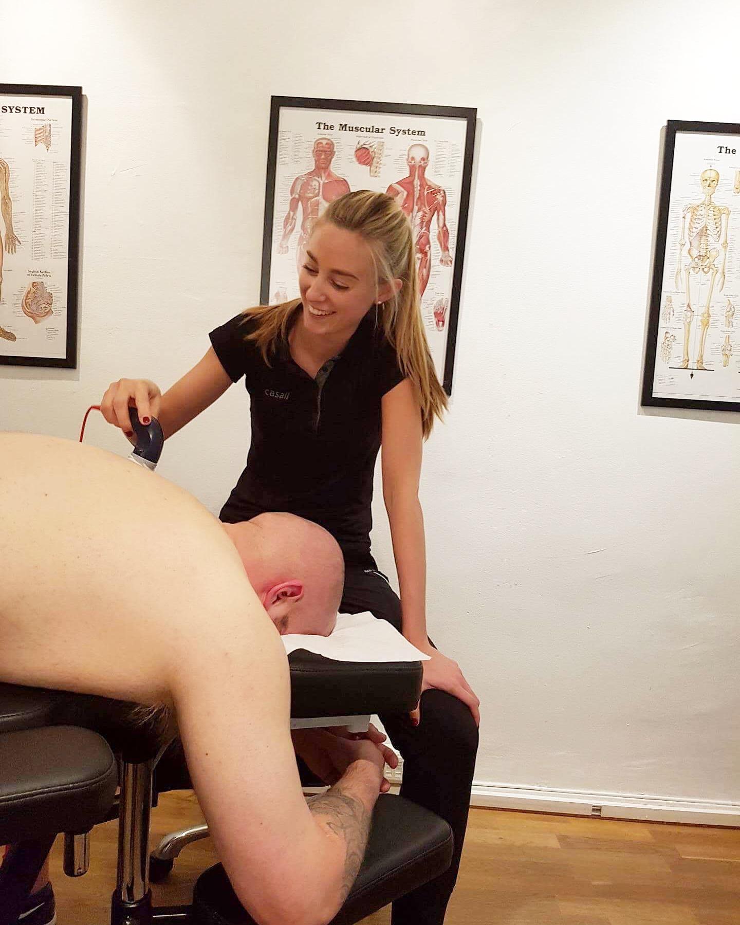 Jag har alltid kul på jobbet. Här fotar en av mina patienter mig när jag behandlar hennes kompis som ligger på bänken.