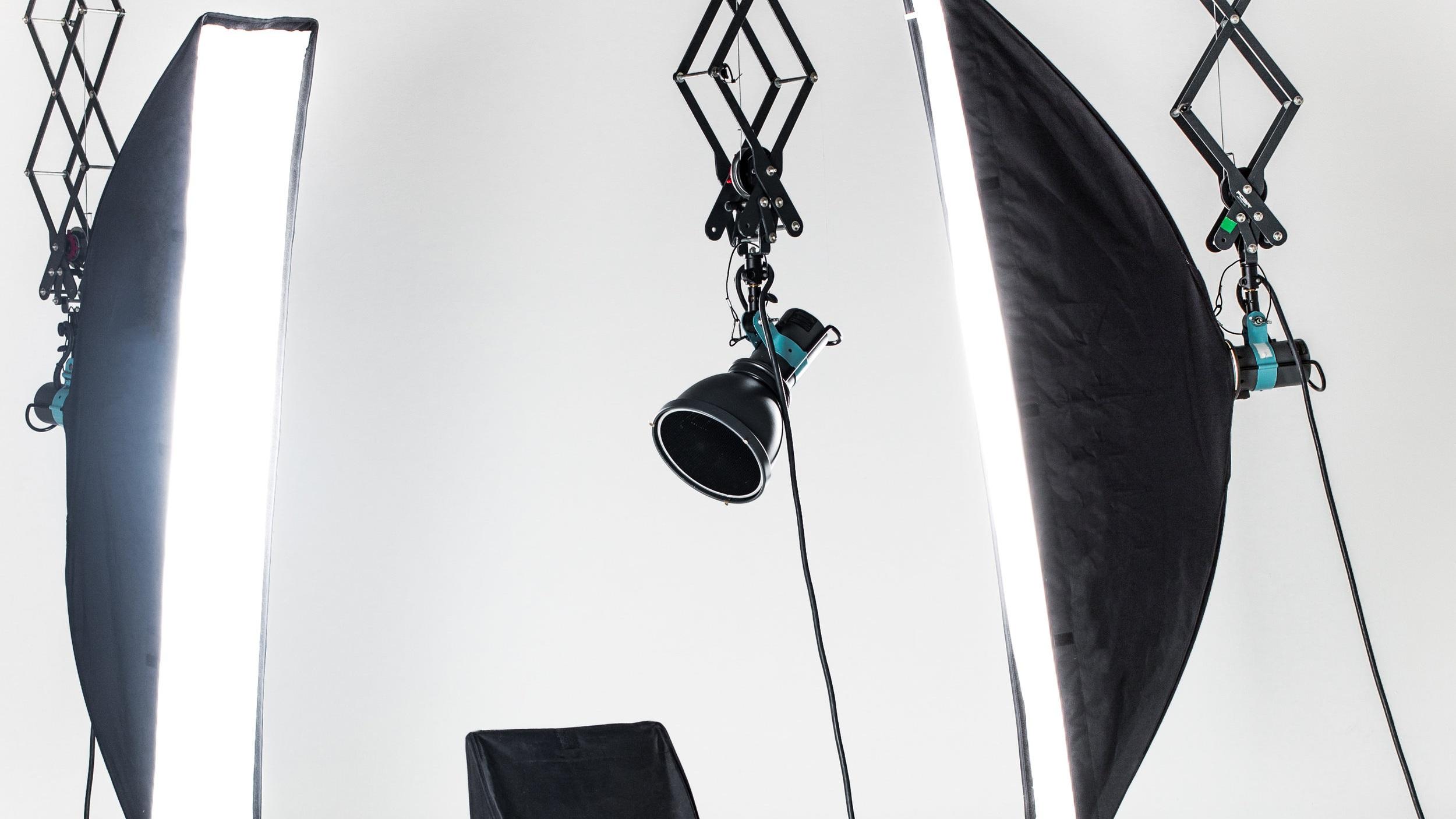 empty-photo-studio-with-lighting-equipment-P26SQZW.jpg
