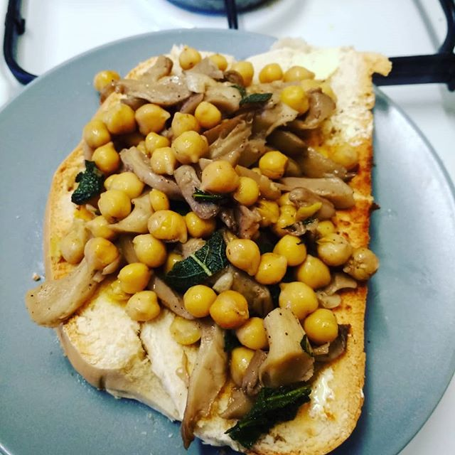 #meatlessness & #hardobread. I think it would be safe to say #hardobread is really #grout. Hmmm no grout has some value. But once a year at Christmas I get a large loaf and I eat it all with everything. Me one!! Today I added sautéed chickpeas and oyster mushrooms with sage. Only the end leave! #scarpetta