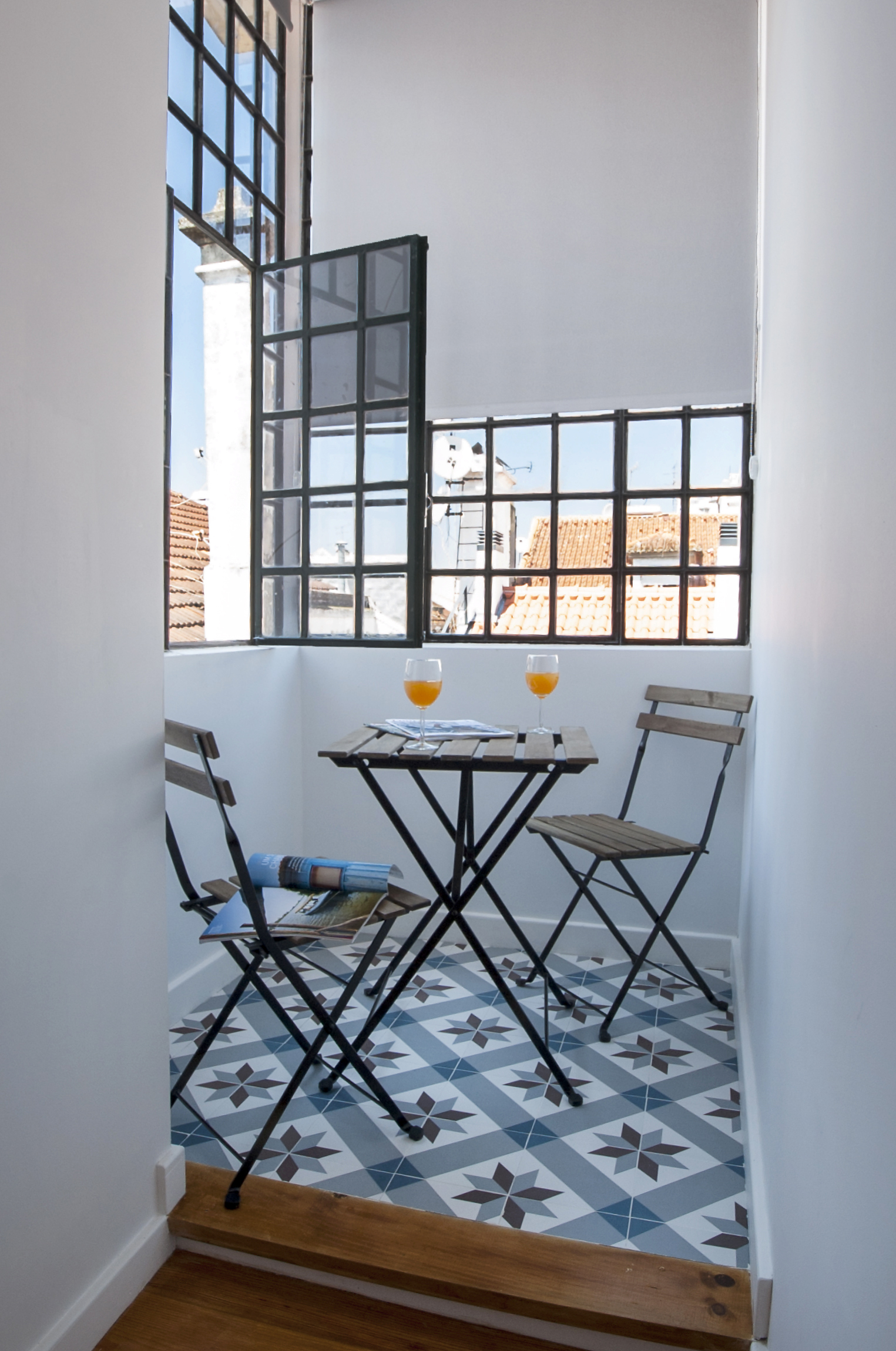 19 Balcony with reading area in the bedroom 1 and a beautiful view to Lisbon's castle.jpg