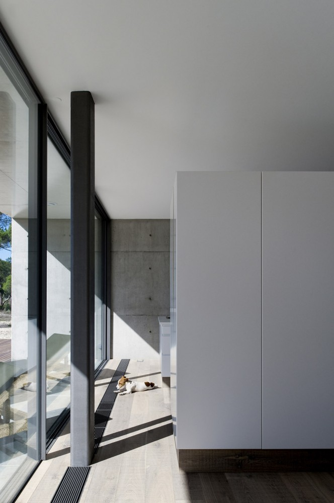52cbfdc7e8e44e3a3c000087_comporta-house-rrj-arquitectos_8_71-664x1000.jpg