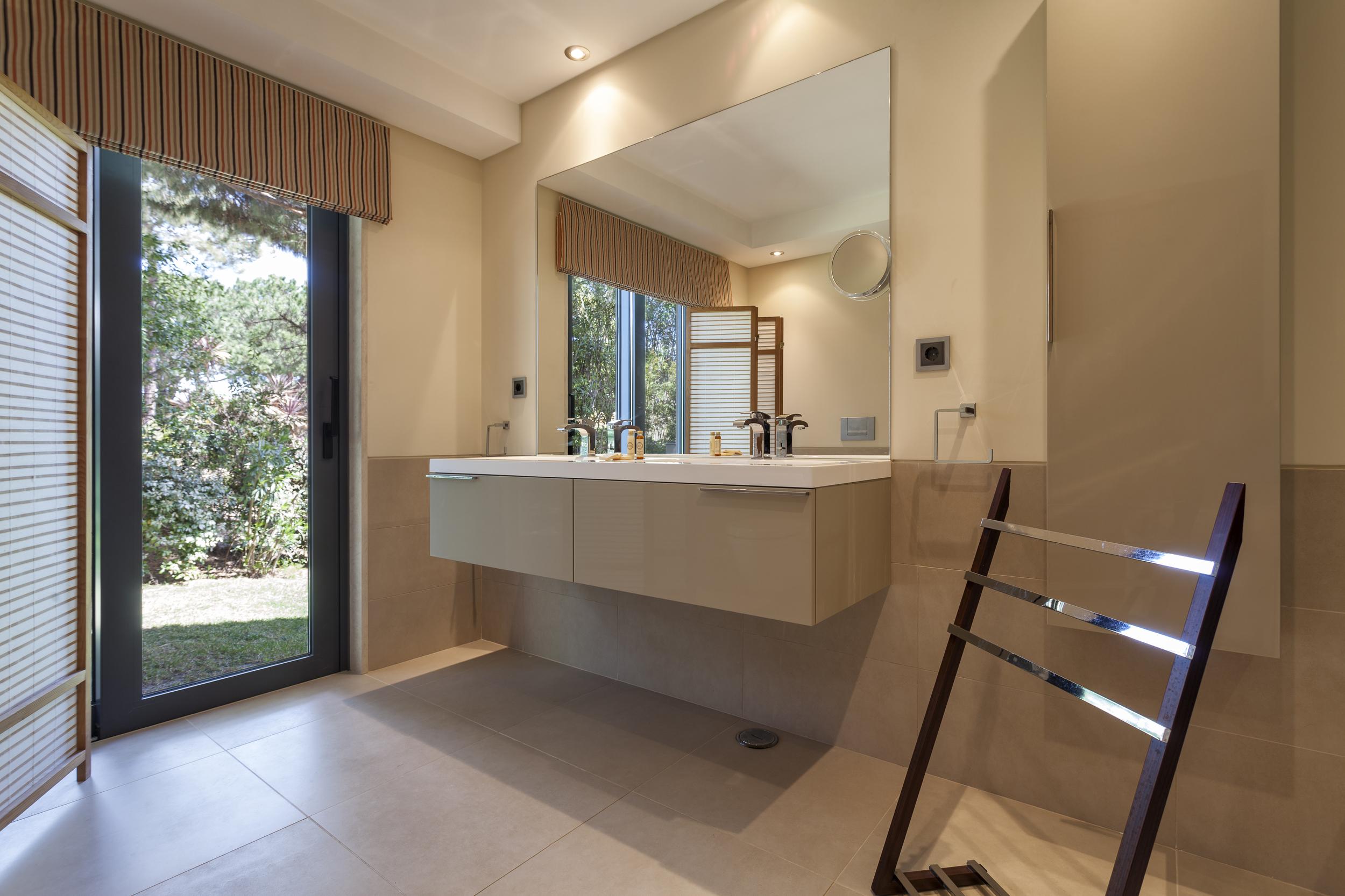 4 bedroom villa to rent in Quinta do Lago, RLV, Villa Serpentine, bathroom1.jpg