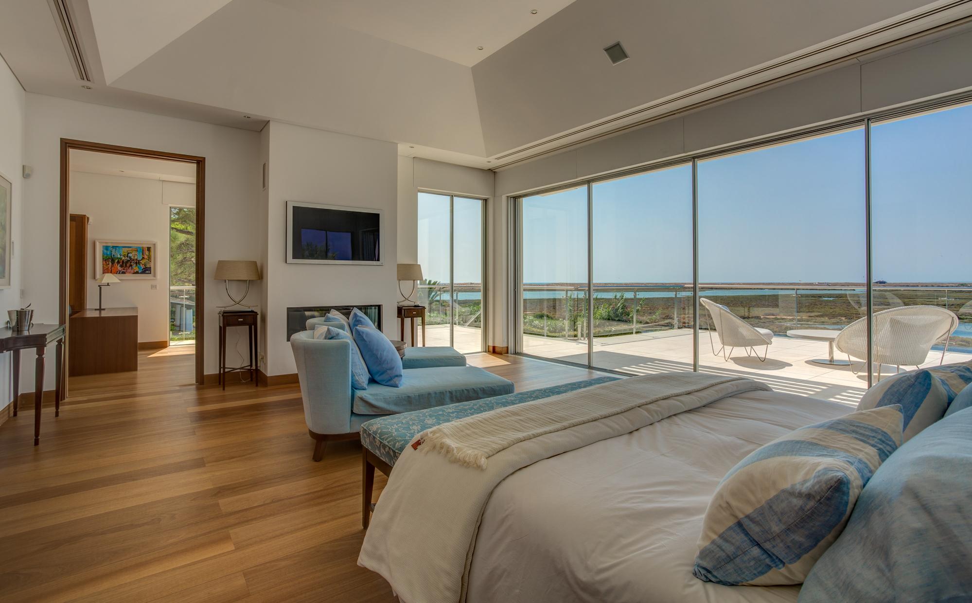 Villa Moon Stone, luxurious 5 bedroom villa in Quinta do Lago, master bedroom. jpg.jpg