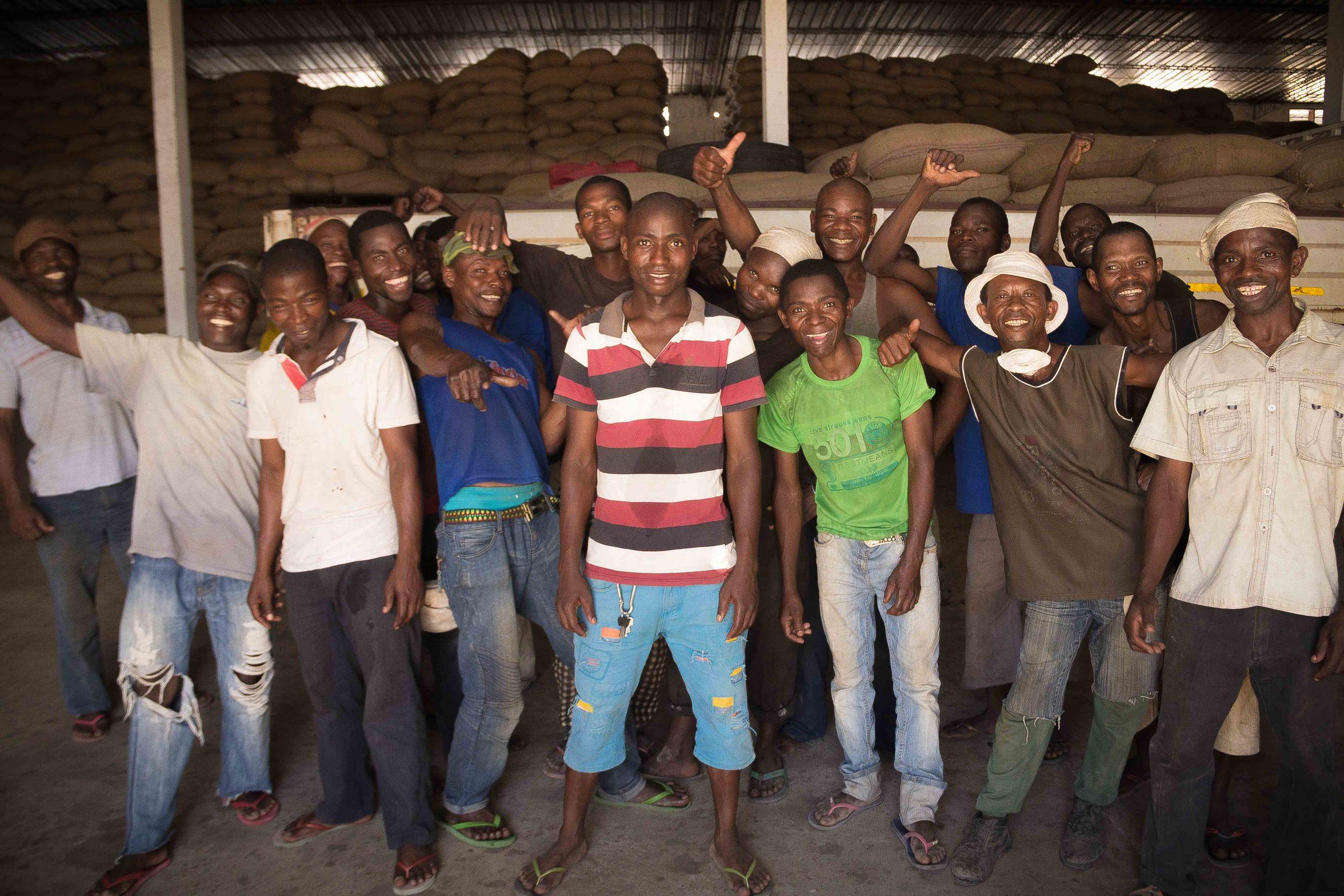 Anchilo district, Nampula province  – A group of workers in the warehouse at the Condor Nuts factory taking a break |  Um grupo de trabalhadores no armazém da fábrica da Condor Nuts