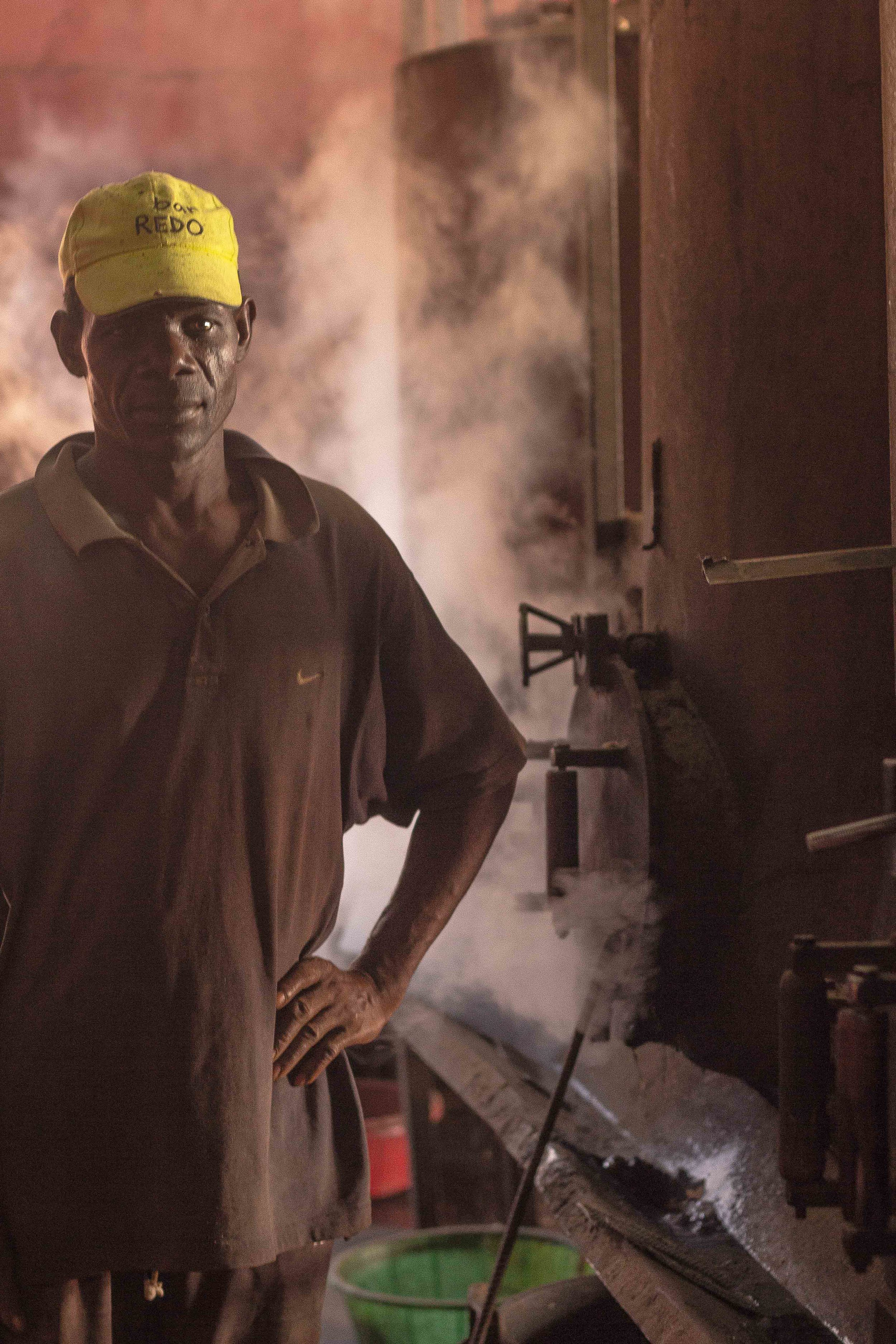 Anchilo district, Nampula province  – A worker in the cooking section of the Condor Nuts factory waits while the cashew nuts are cooked in the boilers |  Um trabalhador na secção de cozedura na fábrica da Condor Nuts espera as castanhas