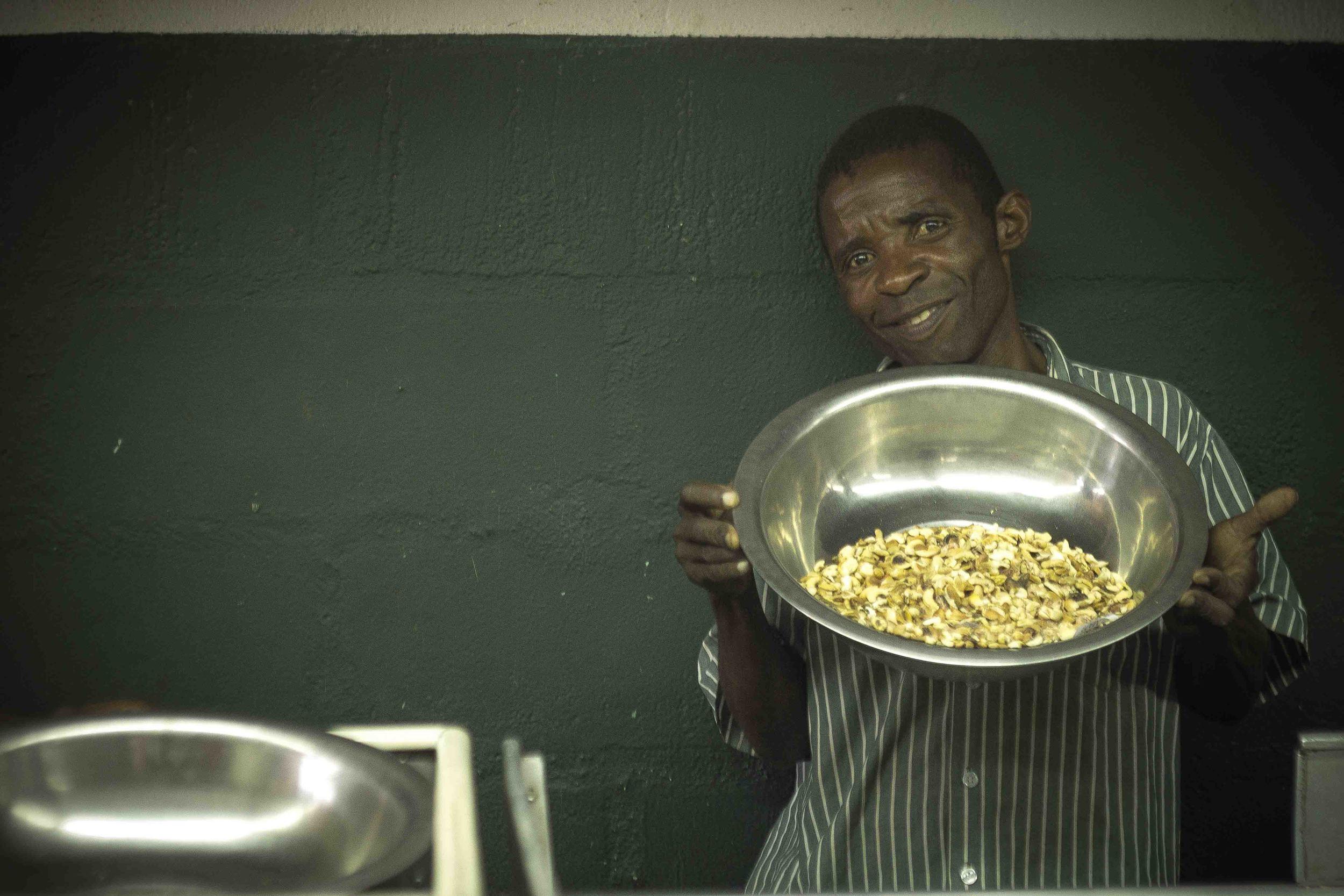 Anchilo district, Nampula province  – A worker at the Condor Nuts factory shows cashew nuts that have been separated out for sanitary reasons |  Um trabalhador da fábrica da Condor Nuts mostra as castanhas de caju que foram separadas por razões sanitárias