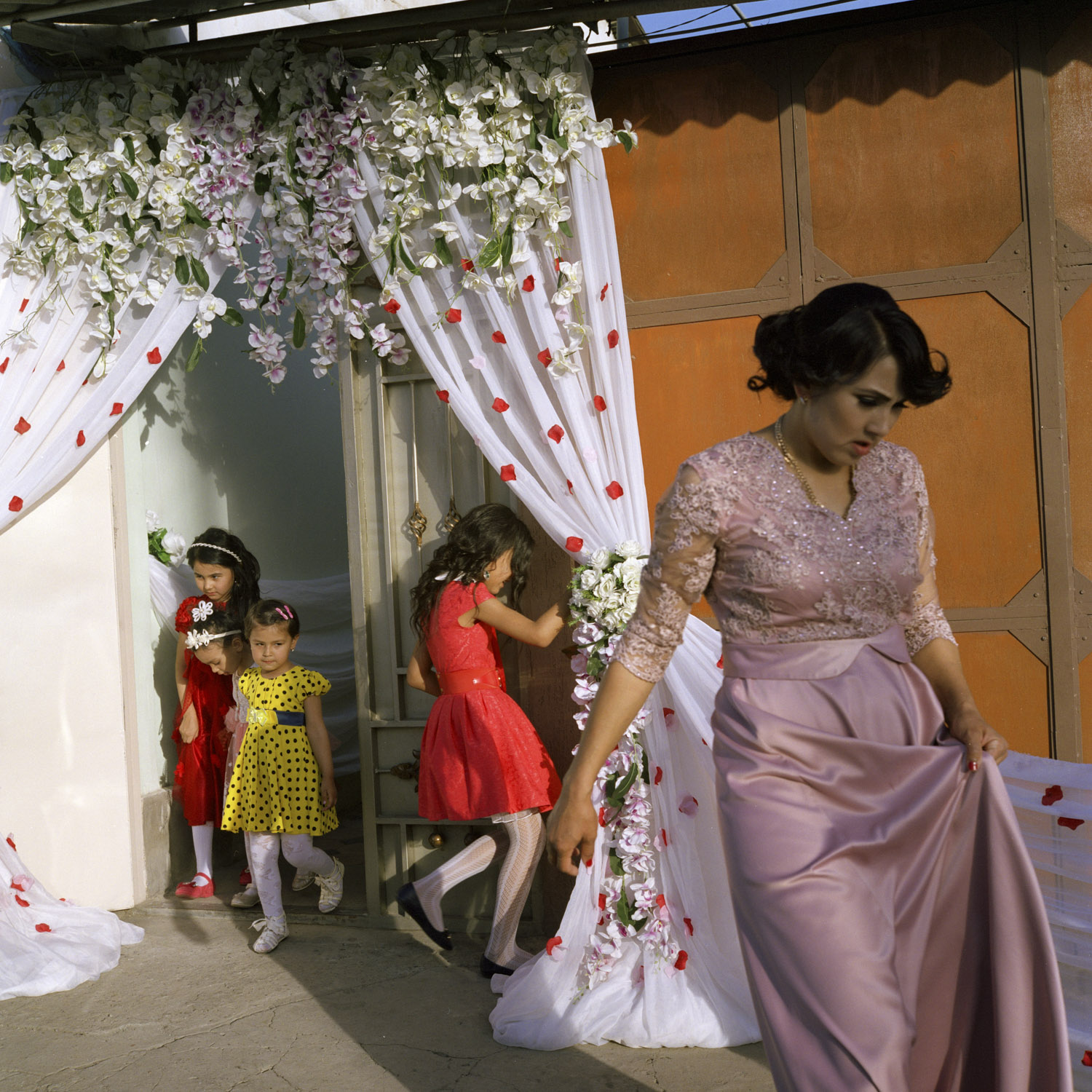 Uzbek Wedding preparations near a Korean cultural centre and a language school in the district of Mirabad in Tashkent, Uzbekistan, where many Korean descendants live. Tashkent, Uzbekistan. 2016.