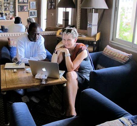 et on continue le travail meme a la fin du journée malgré la fatigue!   Annie la directrice scientifique et Karamoko, notre directeur au Mali.    Work never stops!   Scientific director Annie De Groot with our program director, Karamoko Tounkara