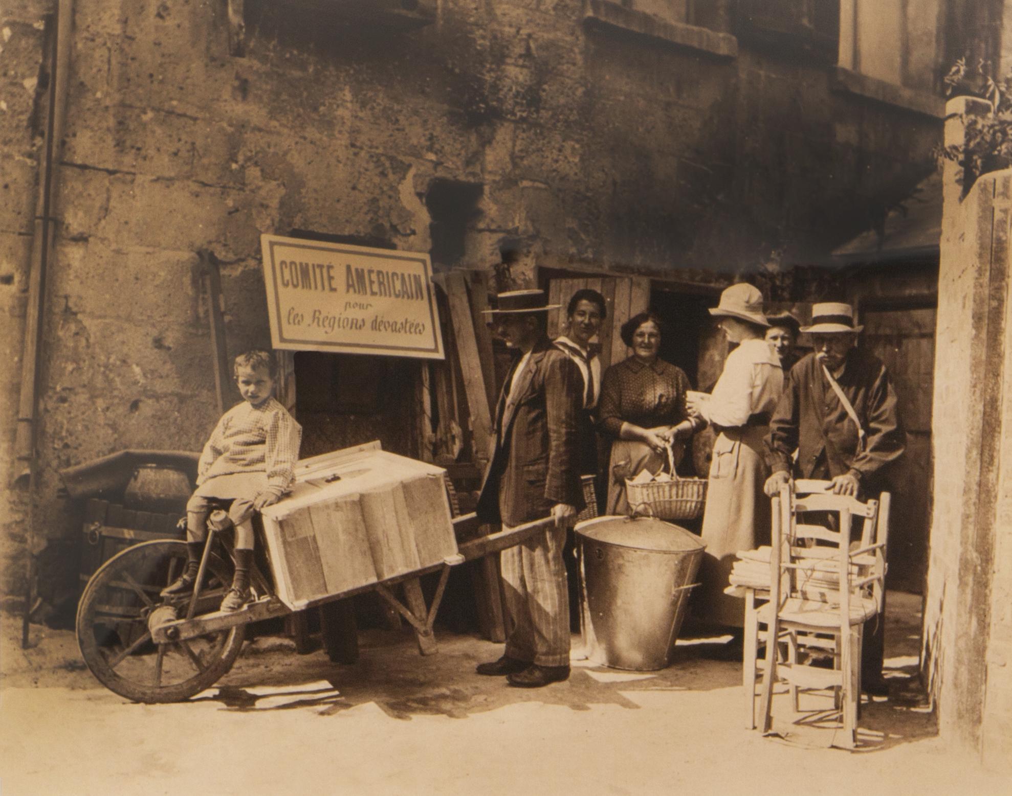 Furniture distribution Blérencourt, 1919 Sulfur-toned silver print Franco-American Museum, Château de Blérancourt