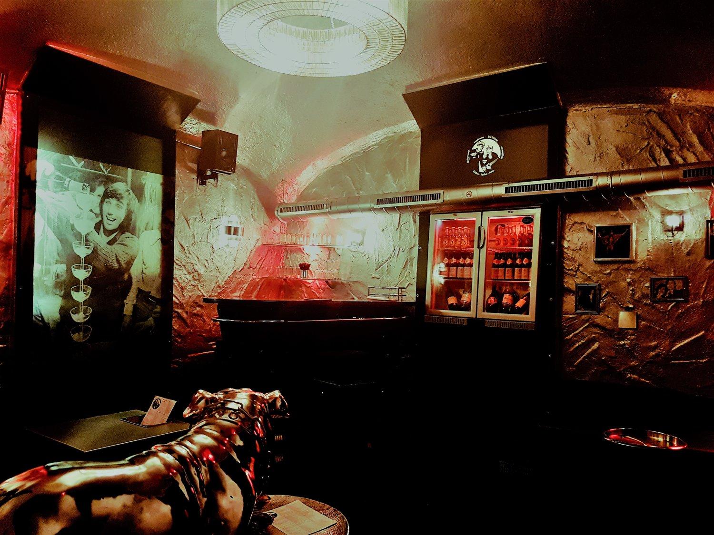 Silver Room - Party at its (G.)Best: Das Leben in vollen Zügen genießen, so wie einst George Best, der mit seinem Champagne-Tower von der Mitte des SilverRooms strahlt. Die VIP Area des mœjos bietet dir die Möglichkeit etwas versteckt für 200€ Miete privat mit eigenem Barkeeper mit deiner Crowd zu deinen Geburtstag zu feiern und trotzdem die ausgelassene Stimmung der ganzen Bar zu erleben. Du selbst entscheidest, ob ihr unter euch bleibt oder eure Gesellschaft mit dem Rest der Bar vereint.Gäste können ihren Platz auf Loungemöbeln oder an einer frei im Raum stehenden ovalen schwarzen Bar finden. Getränke müssen nicht bestellt, sondern können bequem aus dem KühlBuffet in der Wand genommen werden.