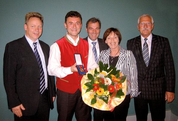 Erste Glückwünsche überreichten Herr Worm, Herr Bernward Müller, Frau Christine Zitzmann (Landrätin Landkreis Sonneberg) und Herr Greiner (siehe Foto v.l.n.r.).