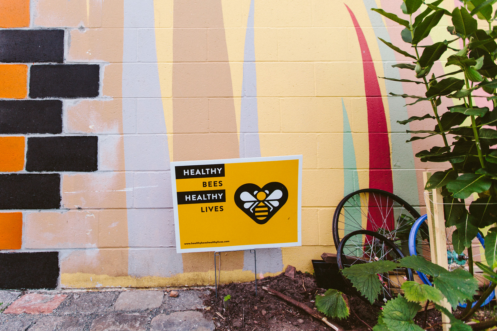 Healthy Bees Healthy Lives yard sign.