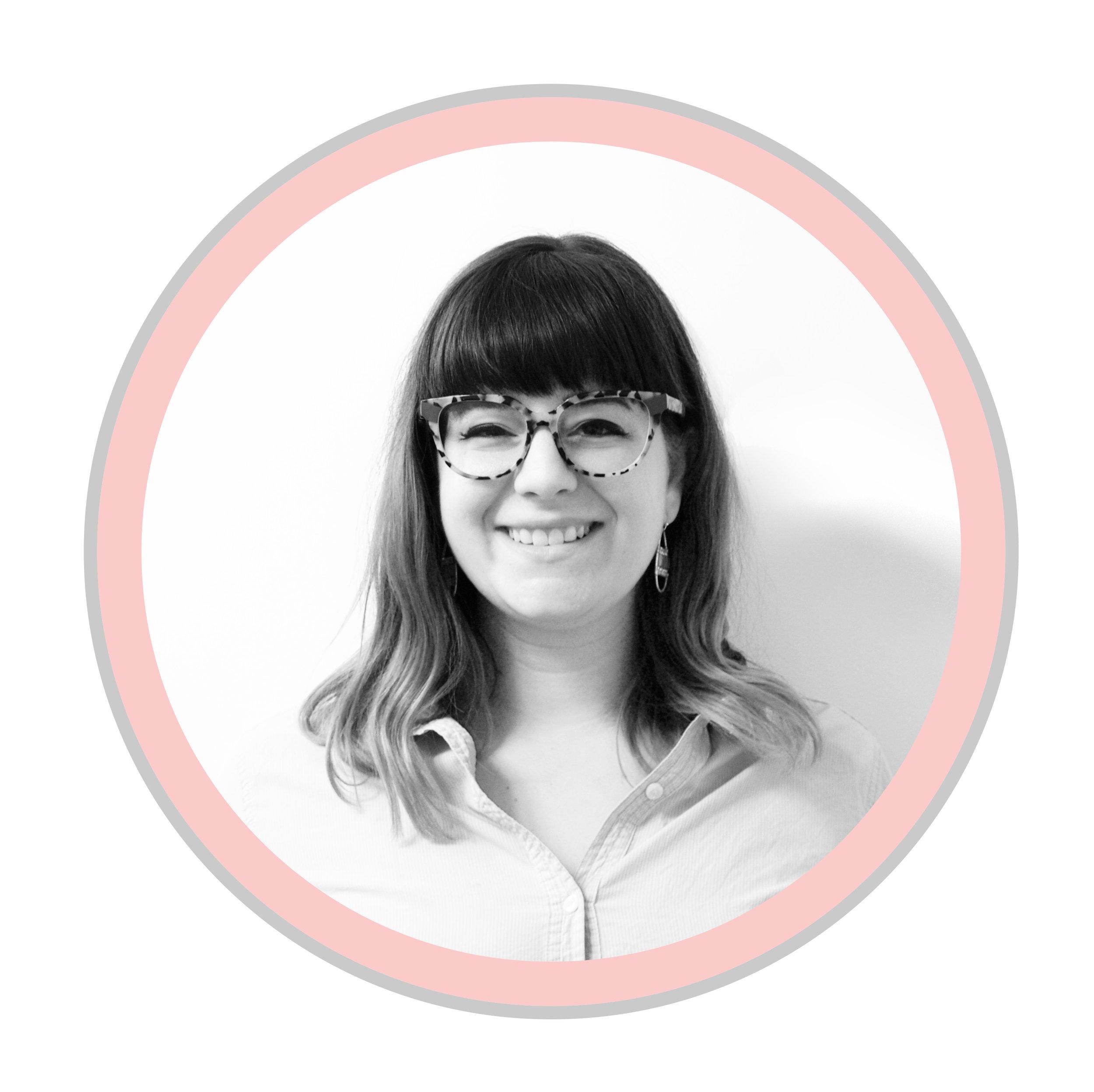 SAM RUESCH   Recherches et évaluations   Diplômée de l'Université Concordia en anthropologie axée sur la relation entre l'identité, la culture et la politique, Sam s'est retrouvée dans l'industrie des technologies du secteur privé après l'obtention de son diplôme. Là, elle a développé les processus et la structure pour évaluer des initiatives et projets sociaux. Ayant toujours voulu aligner son travail avec ses valeurs personnelles, Sam a récemment opté pour L'apathie c'est plate où elle apprécie l'impact social de nos projets et de nos principes. Quand elle ne travaille pas Sam adore les étudier les données et le trivia.