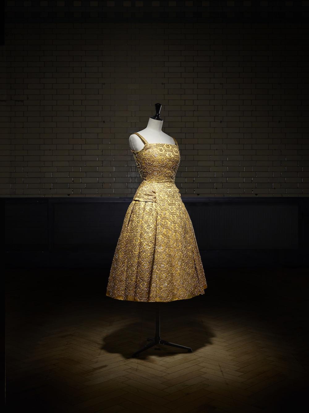 Pérou short evening dress, Autumn-Winter 1954 Haute Couture collection, H line. Victoria and Albert Museum, London. Gift of Cecil Beaton. Photo © Laziz Hamani
