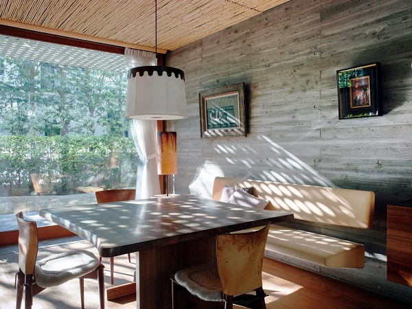 This full-length window brings nature into the dining room, while the latticed porch outside casts shadows across the table – a significant element in Japanese aesthetics