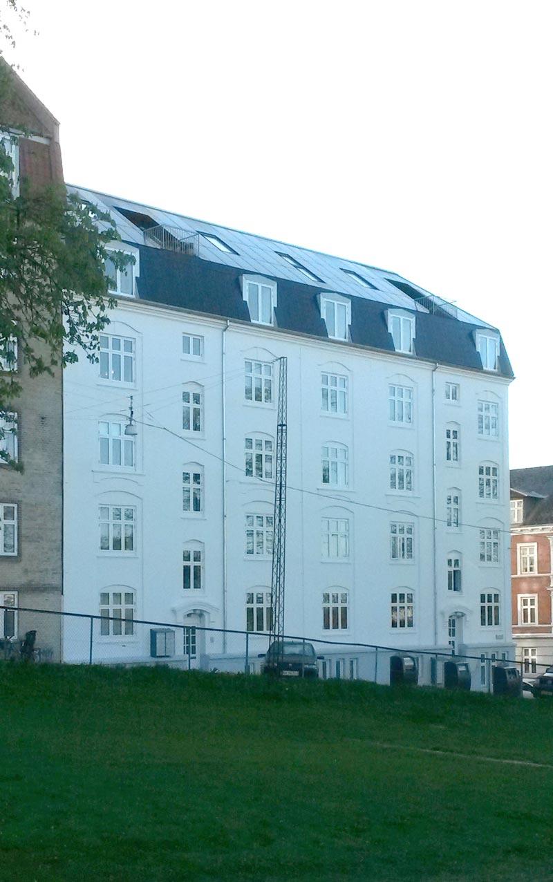 Solcelletaget set sammen med facaden