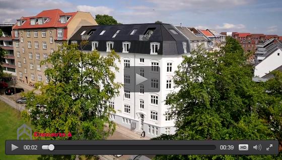 Klik for at se en kort dronefilm af solcelletaget i Mønsgade, Århus