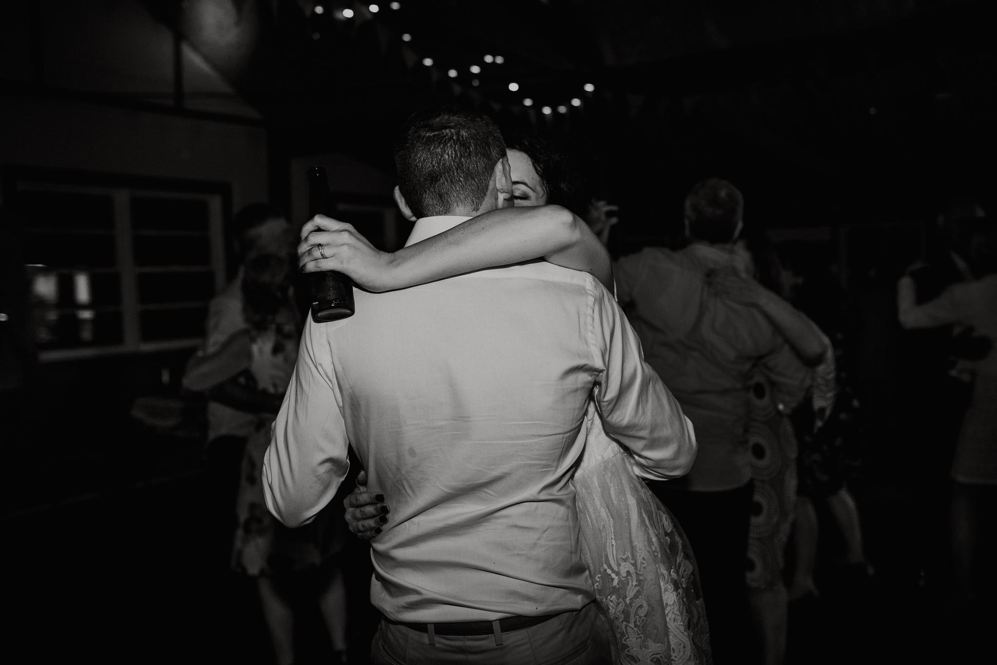 Bryllupsfotograf i Bergen_utendørs seremoni_brudevals