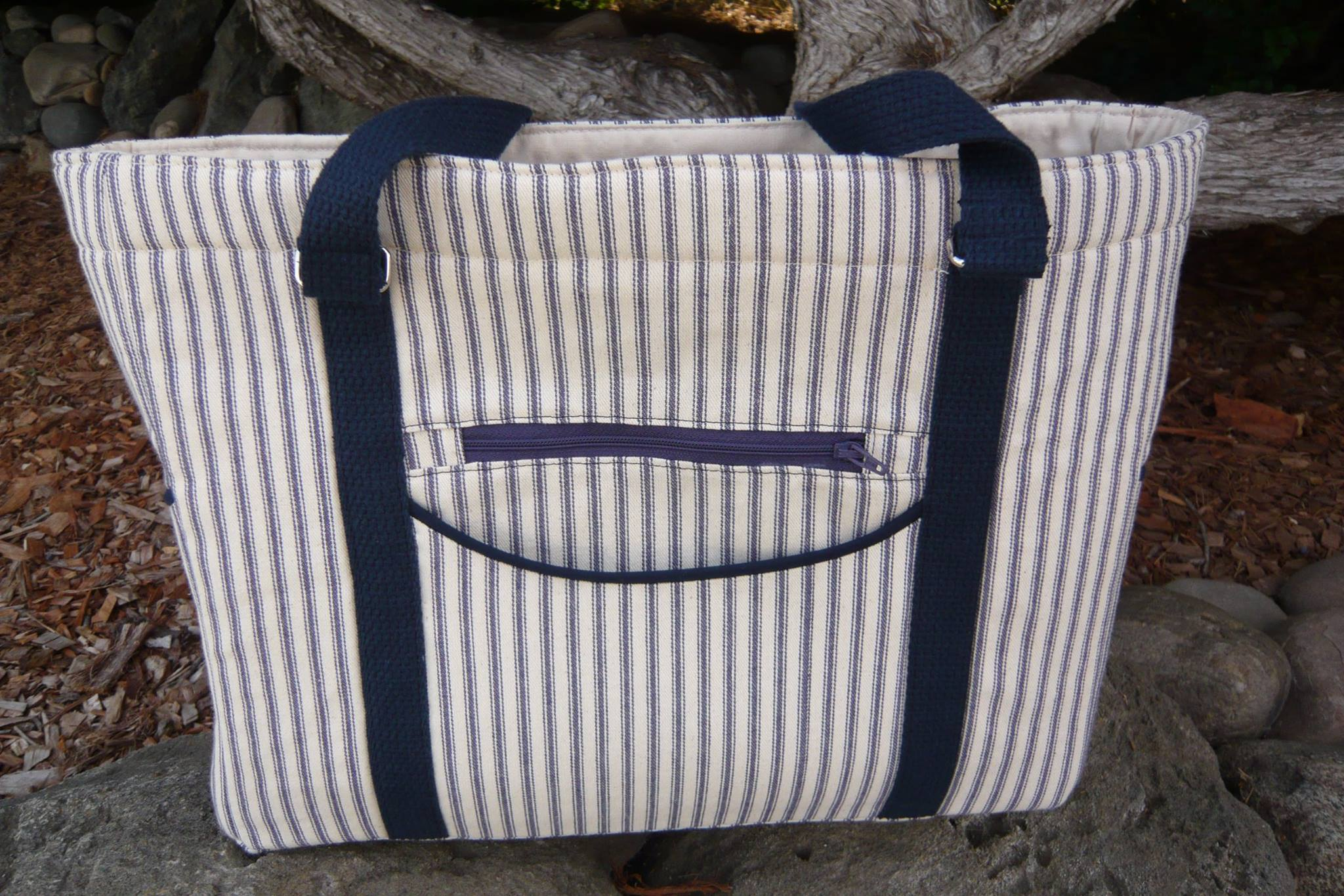 I love the navy webbing that Paula used for the straps of her Sidekick Tote.