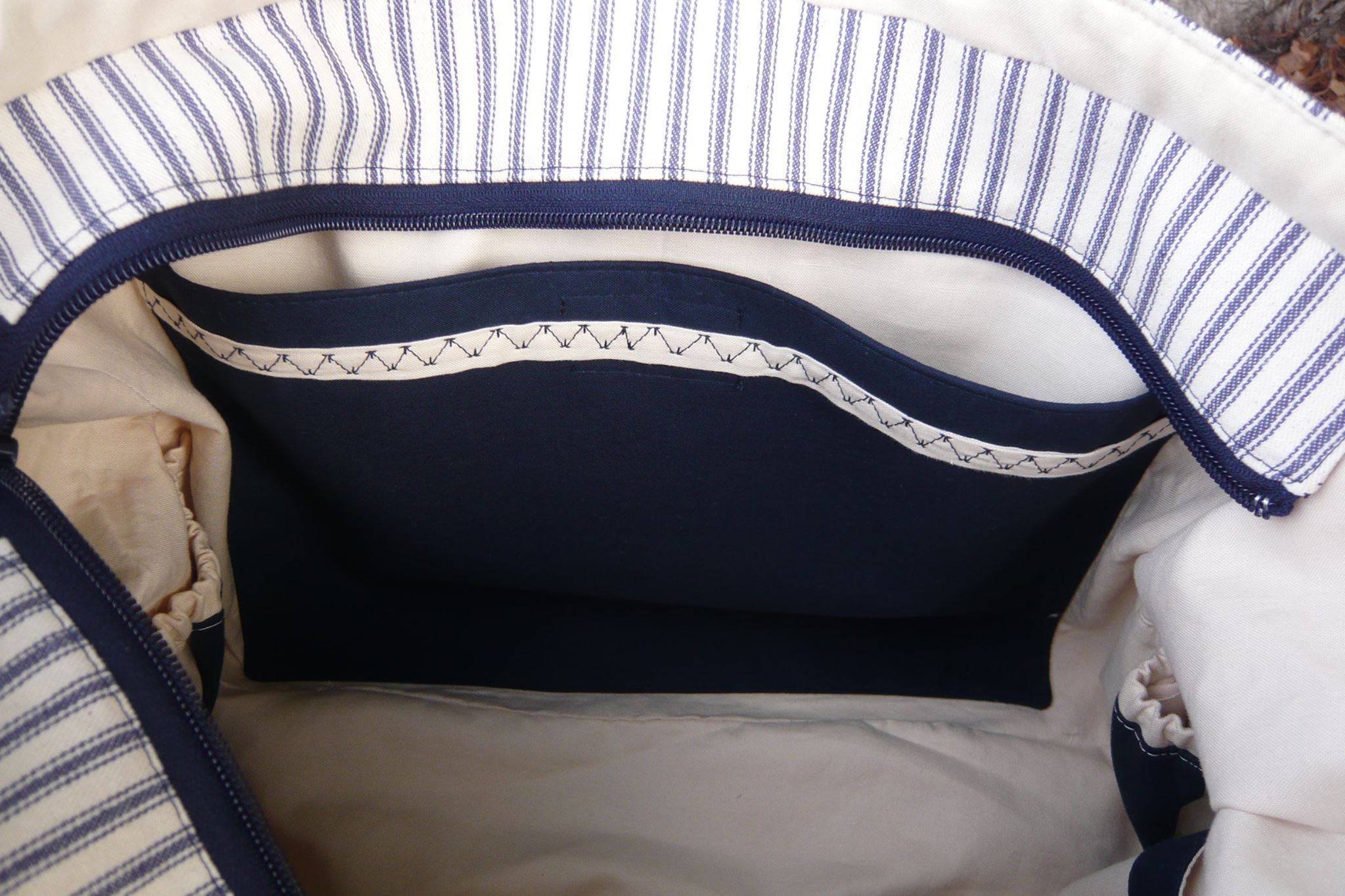 Paula added a beautiful line of accent stitching to her padded tablet pocket. You can also see a little bit of the expandable slip pockets on the sides of the inside of the tote in this picture.