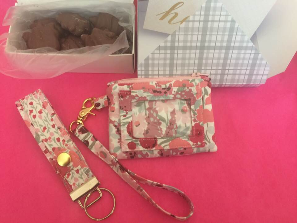 This is the Kristine ID Wallet that Cheryl Brewer Gloege made for swap partner, Brenda Ellendson. Cheryl also made a Kristine ID Wallet gift box for the KIDW and included a matching Snap To It Key Fob and some candy!