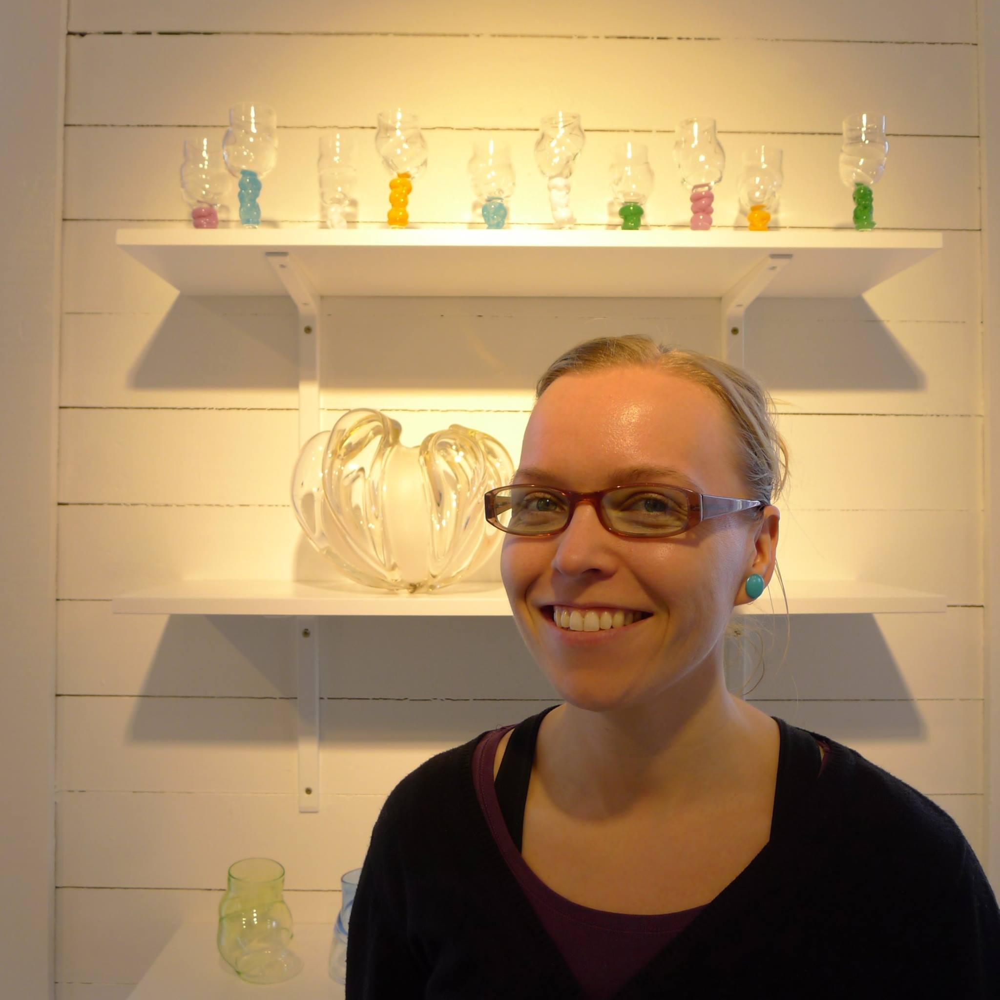Heidi foran utstilling i Henningsvær. Foto Cecilie Haaland