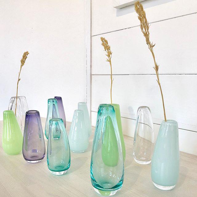 Små vaser til en enkel blomst ble produsert av dreamteam i dag. 💫 #glass #kunsthåndverk @engelskmannsbrygga #lofoten #henningsvær #handmade #glassdesign @norgesglass #norskinteriør #norskdesign