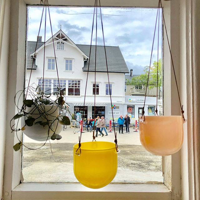 Blomsterpotte til små planter eller urter. 💫 @engelskmannsbrygga @norgesglass #kunsthåndverk #handmade #glass #design #henningsvær #lofoten #nordiskdesign