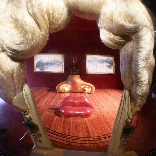 "We wish we could live inside #SalvadorDali's installation ""Mae West's Face Which May Be Used as a Surrealist Apartment"" 🛋️👄👀 Based on his 1934 painting of #MaeWest, the piece has traveled around the world, though this particular installation lives in Spain at the Dalí Theatre-Museum 💓🎭💓"
