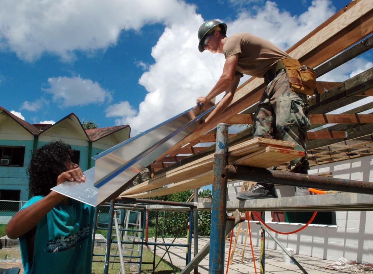 workers_construction_metal_helmet_building_males_work_men-905268.jpg!d.jpg