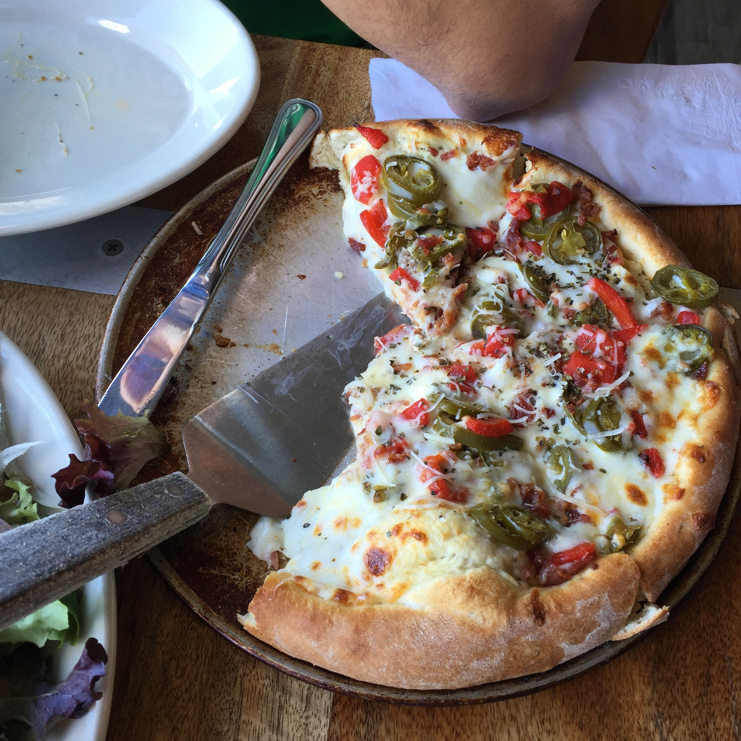Pizza at Kona Brewing Company in Honolulu, Hawaii // via Jitney's Jourenys