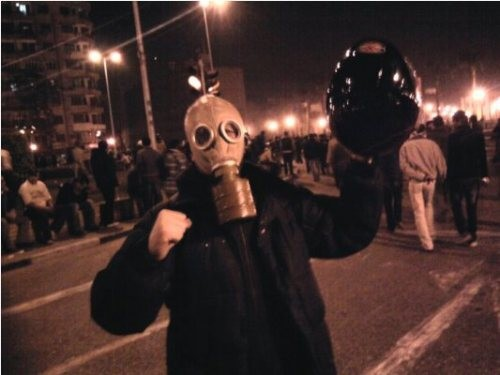 Ahmed Basiouny  med   gasmask  under  revolutionen .